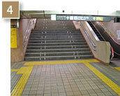 降りてすぐ左側に「東改札口」がございます。階段をお上がりください。
