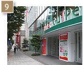 信号「中区役所」を通り過ぎた後の風景です。「アインズ&トルペ広小路プレイス店」が最初に現れます。