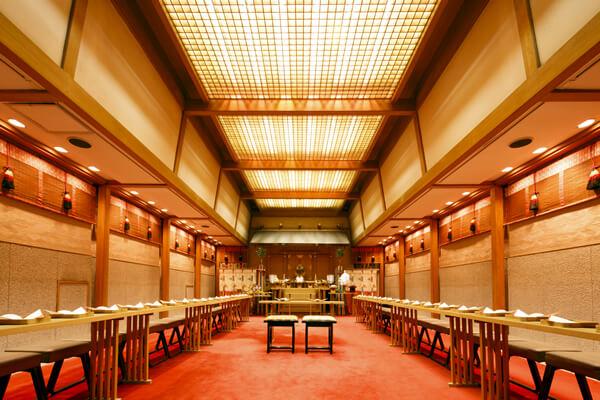 日本の伝統和装で結婚式神殿ツアー