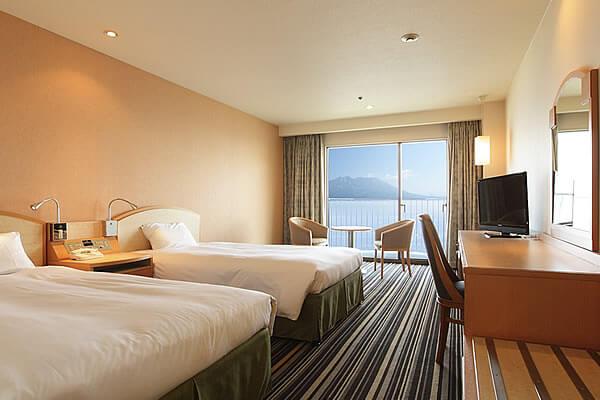 海沿いに位置するベイサイドホテル<br />桜島ビューの客室