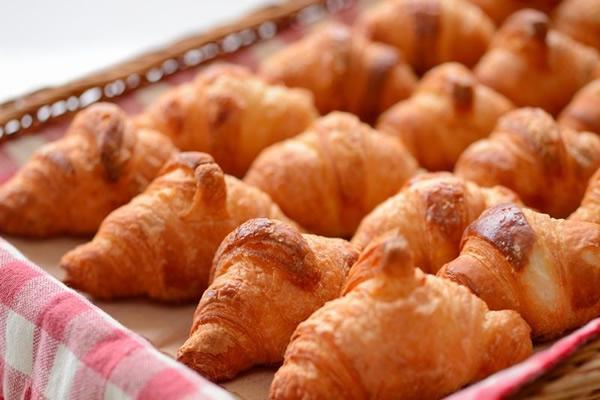 焼きたてパンが香る 無料朝食バイキング。当ホテルの厨房で焼き上げたパンをお召し上がりください