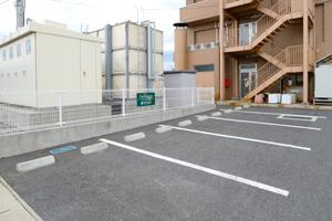 30台収容可能な無料駐車場をご用意。国道13号線より3分、山形空港より車で7分の好立地。