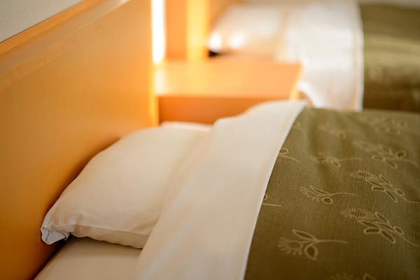 すばらしい眠りをもたらす品質の高さで世界に選ばれてきたシモンズ社製ベッドを全室に導入。