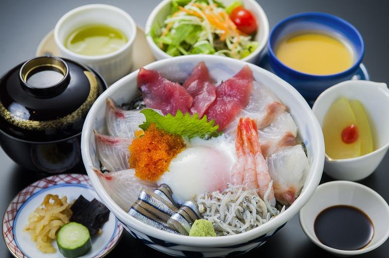 海鮮丼 1,300円(税別)